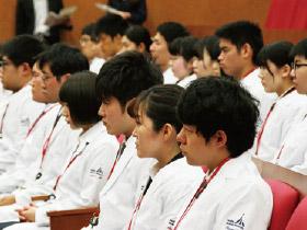 白衣を授与された学生達